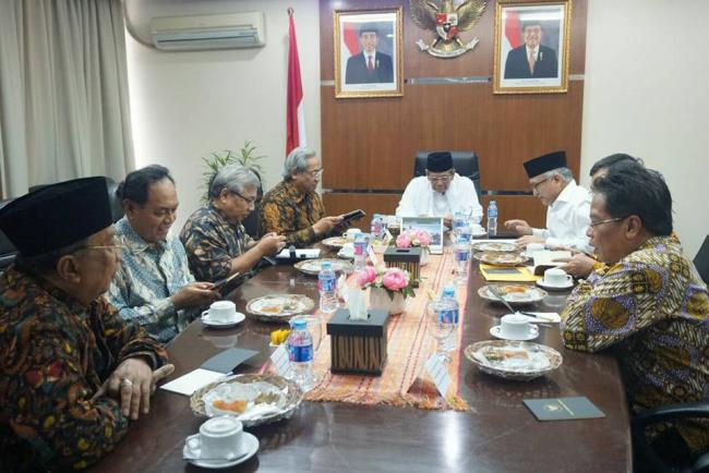 KH. Ahmad Hasyim Muzadi bersama Indonesian Society for Organization of Islamic Cooperation (ISOIC)