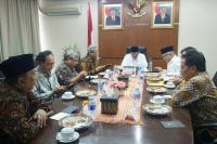 KH. Ahmad Hasyim Muzadi bersama Indonesian Society for Organization of Islamic Cooperation (ISOIC)
