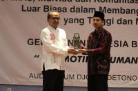 KH. Hasyim Muzadi Dianugrahi Sebagai Life Time Achievement Award